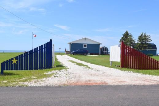 Tout le long du cap, une multitude d'éléments ont été peints aux couleurs de l'Acadie. - Acadie Nouvelle: Simon Delattre