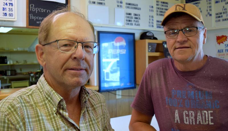 Gérald Cormier et Normand Mazerolle sont des clients réguliers à la cantine Bellevue. - Acadie Nouvelle: Alexandre Boudreau