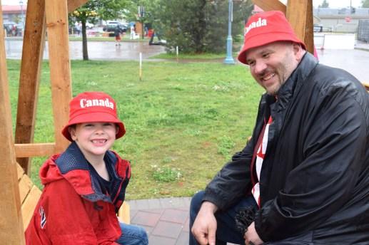 Mason Williams et son père Jason dans une balançoire de la zone ConneXion, à Dieppe. -Acadie Nouvelle: Alexandre Boudreau