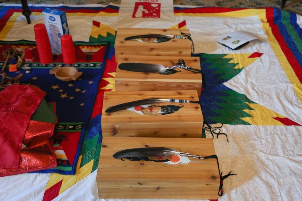 Ces plumes d'aigle ont été offertes par les Premières Nations aux représentants du gouvernement et de la magistrature du Nouveau-Brunswick. - Gracieuseté