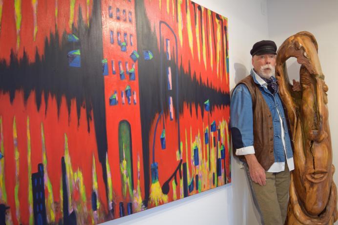 Cecil D Long devant deux de ses oeuvres exposées à la Galerie Apple Art. - Acadie Nouvelle: Sylvie Mousseau