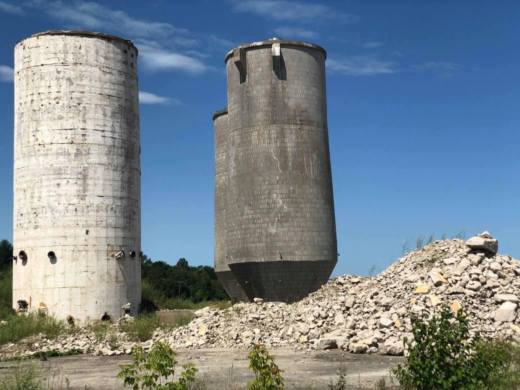 Trois des six tours de ciment sont toujours debout. - Acadie Nouvelle: Allison Roy