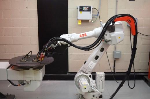 Le CCNB de Bathurst se sert d'un robot soudeur pour ses activités de recherche appliquée. - Acadie Nouvelle: Simon Delattre