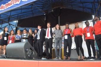 L'ensemble des finalistes du concours Accros de la chanson rassemblés sur la scène de la Place 1604. - Acadie Nouvelle: Sylvie Mousseau