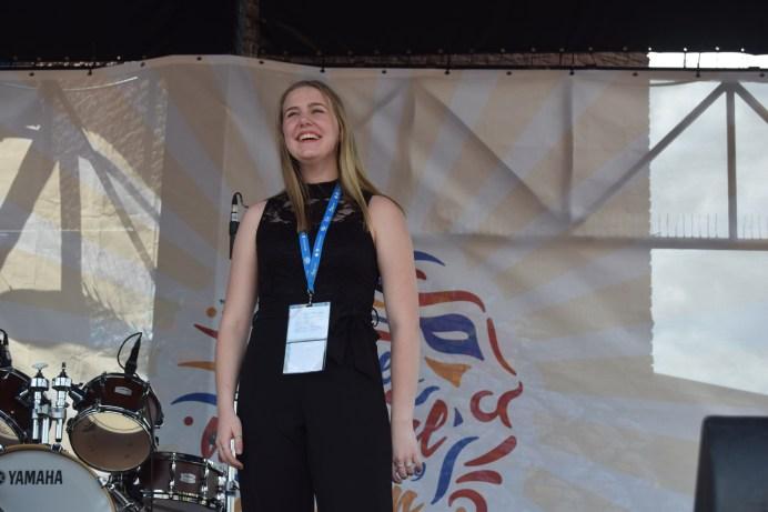 Marie-Ève Caron a exprimé sa joie en recevant son prix à la finale du concours Accros de la chanson. - - Acadie Nouvelle: Sylvie Mousseau