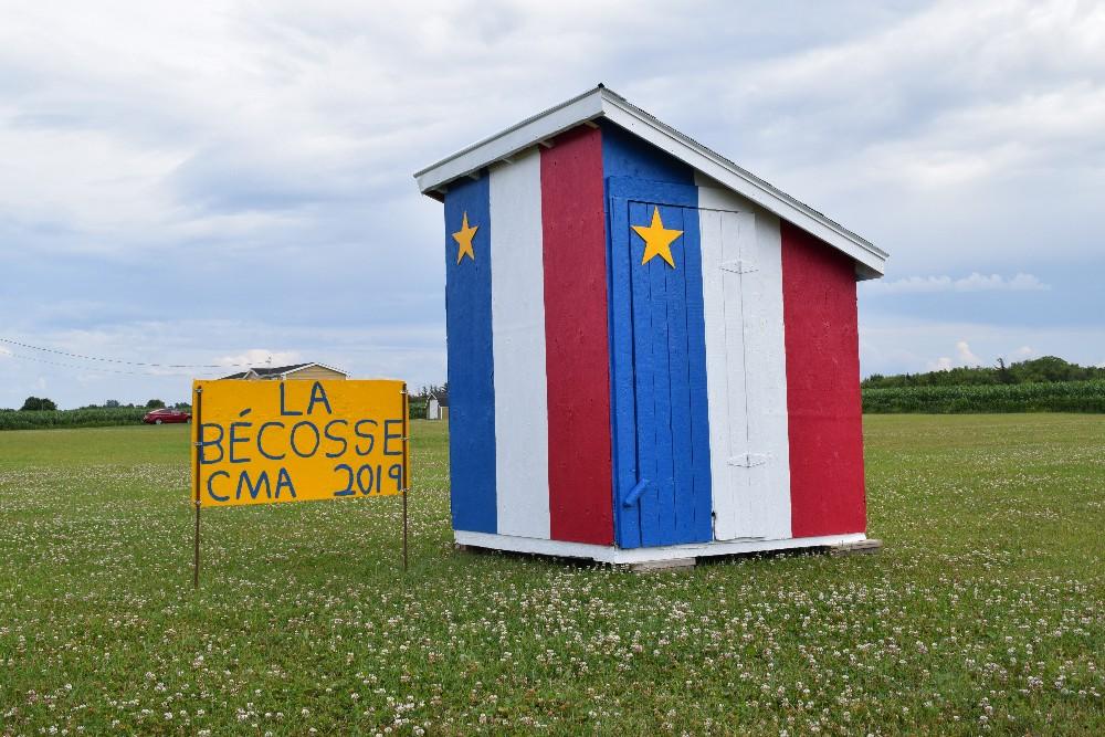 Même la bécosse d'Abram-Village est décorée aux couleurs de l'Acadie! - Acadie Nouvelle: Lili Mercure