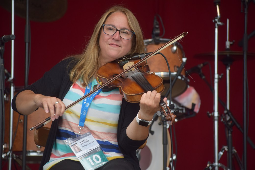 La violoniste Anastasia DesRoches du groupe DOC sur la scène du Festival folk. - Acadie Nouvelle: Sylvie Mousseau