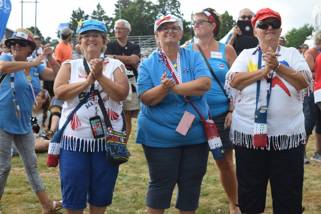 Des Acadiens dansent à l'ouverture sur la musique de Mononcle Jason. - Acadie Nouvelle: Sylvie Mousseau