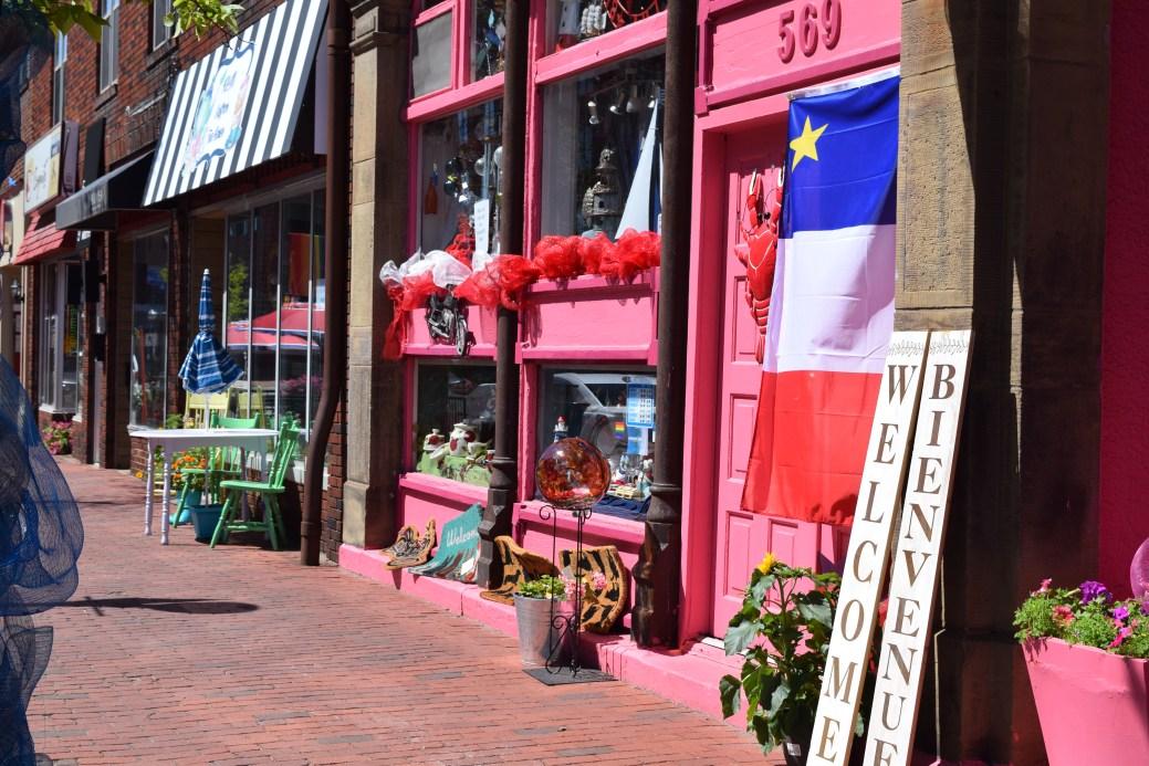 Une des rares boutiques de la rue Main qui affiche le drapeau acadien pendant le CMA. - Acadie Nouvelle: Sylvie Mousseau