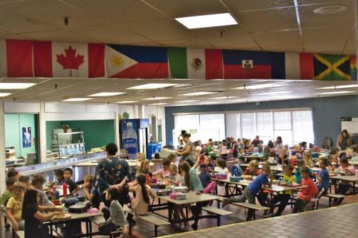 L'école a affiché les drapeaux de toutes les nationalités représentées au sein de l'établissement. - Acadie Nouvelle: Simon Delattre