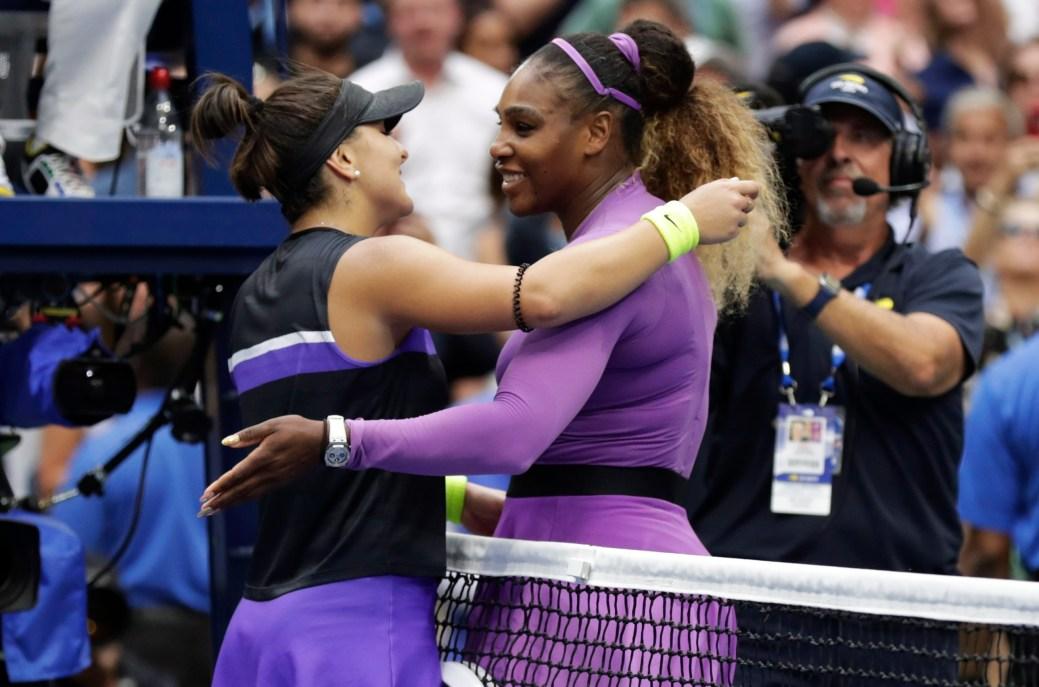 Serena Williams, à droite, félicite Bianca Andreescu après la victoire de celle-ci. - AP