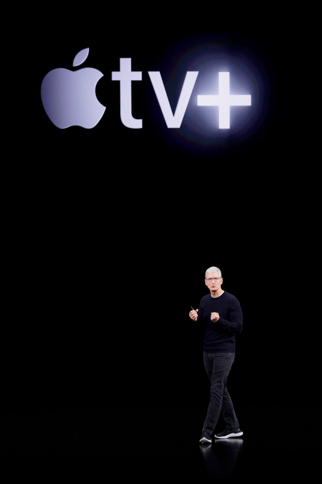 Le chef de la direction de Apple, Tim Cook, dévoile la Apple TV+. - AP