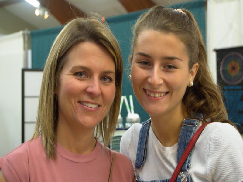 Renelle et sa fille Sandrine sont venues visiter la foire holistique. De nombreux membres de leur entourage croient en la médecine douce, comme au reiki. - Acadie Nouvelle: Cédric Thévenin