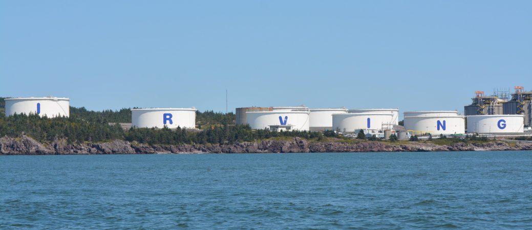 Les installations d'Irving Oil sont bien en vue au large de baie de Fundy, à Saint-Jean. - Acadie Nouvelle