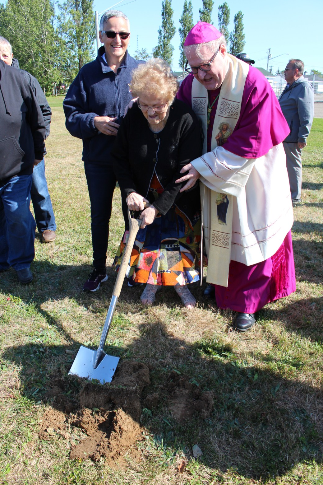 Béatrice Doiron, âgée de 92 ans, a voulu procéder à sa propre pelletée de terre là où sera construite la nouvelle église de Bas-Caraquet. Monseigneur Daniel Jodoin lui a donné un petit coup de main. - Acadie Nouvelle: Réal Fradette