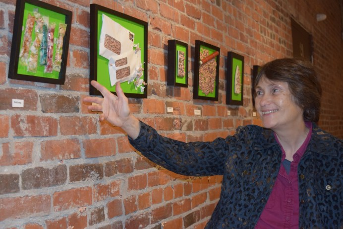 Anne-Marie Sirois devant quelques-uns de ses tableaux de l'exposition Infiltration. - Acadie Nouvelle: Sylvie Mousseau