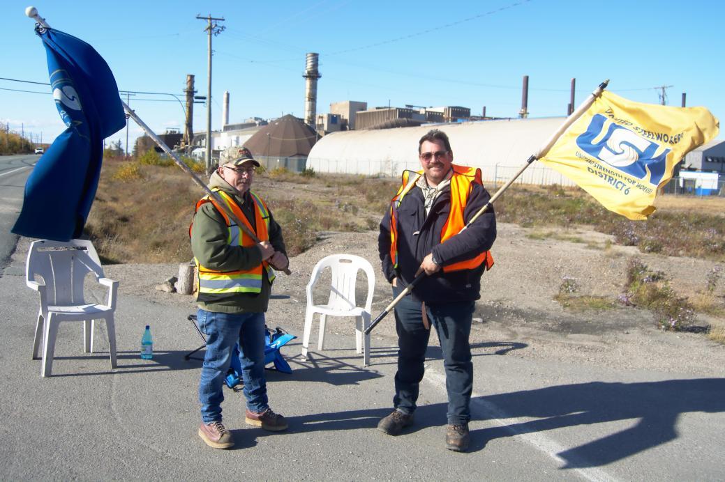 Deux grévistes sur la ligne de piquetage, à Belledune. - Acadie Nouvelle: Cédric Thévenin