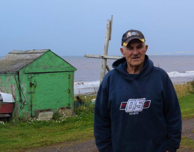Cette remise appartenant à Rénald L. Guignard se trouve dangereusement proche de la mer et sa maison est grandement menacée par l'érosion. Elle se trouve à environ 33 pieds du rivage. -Acadie Nouvelle: David Caron