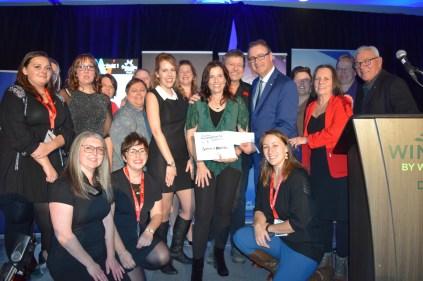 Le duo Sirène et Matelot a reçu le Prix de la tournée Assomption Vie-Radio-Canada. On aperçoit Patricia Richard et Lennie Gallant entourés des membres de RADARTS et des représentants de Radio-Canada et d'Assomption Vie. Acadie Nouvelle: Sylvie Mousseau