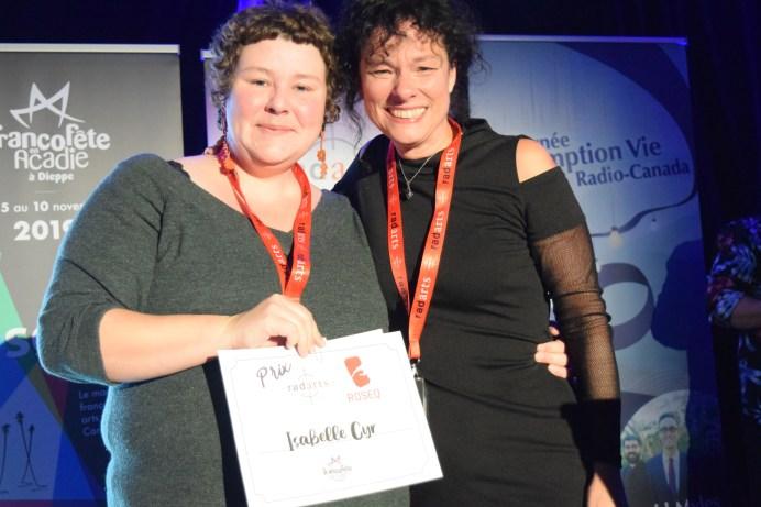 Isabelle Cyr (à droite) a reçu deux prix à la FrancoFête dont celui du ROSEQ. Acadie Nouvelle: Sylvie Mousseau