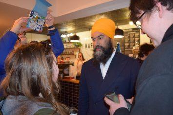 Jagmeet Singh, chef du Nouveau Parti démocratique du Canada, a visité des citoyens dans un café au centre-ville de Bathurst samedi en fin d'après-midi. -Acadie Nouvelle: David Caron