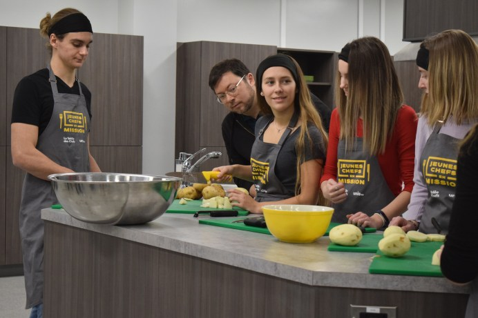 Le groupe des jeunes chefs de Shediac s'affairent aux préparatifs du fricot acadien sous l'oeil vigilant du chef Michel Savoie. Acadie Nouvelle: Sylvie Mousseau