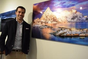 André Poirier devant une de ses photographies de la Norvège. - Acadie Nouvelle: Sylvie Mousseau