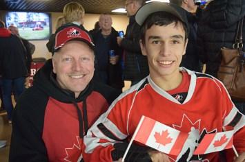 Paul Richard (à gauche) et Gordon Day (à droite), tous deux de Moncton, ont vu Équipe Canada jouer pour la première fois mardi soir, au Centre Avenir - Acadie Nouvelle: Youri Nabbad
