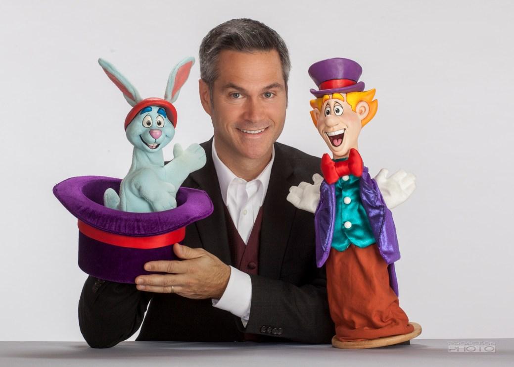Roger Dubé, le créateur des aventures de Presto & Balthazar. On l'aperçoit sur la photo avec les marionnettes des deux personnages. - Gracieuseté
