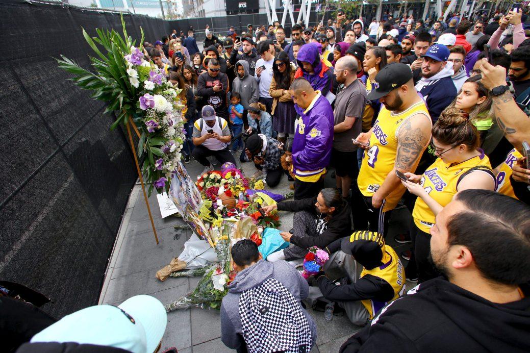 Des fans des Lakes de Los Angeles ont fait une vigile devant les portes du Staple Center. - AP