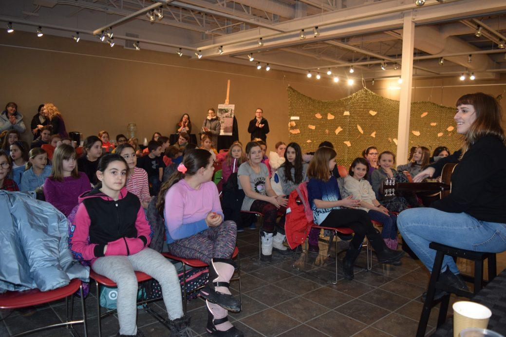 Caroline Savoie en compagnie d'un groupe d'enfants qui participe à l'événement Chante ton Centre. - Acadie Nouvelle: Sylvie Mousseau