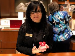 Teena Grenier, la gérante de la bijouterie Charm Diamond Centres à Bathurst, note que la Saint-Valentin est une fête importante pour l'entreprise. - Acadie Nouvelle: Allison Roy