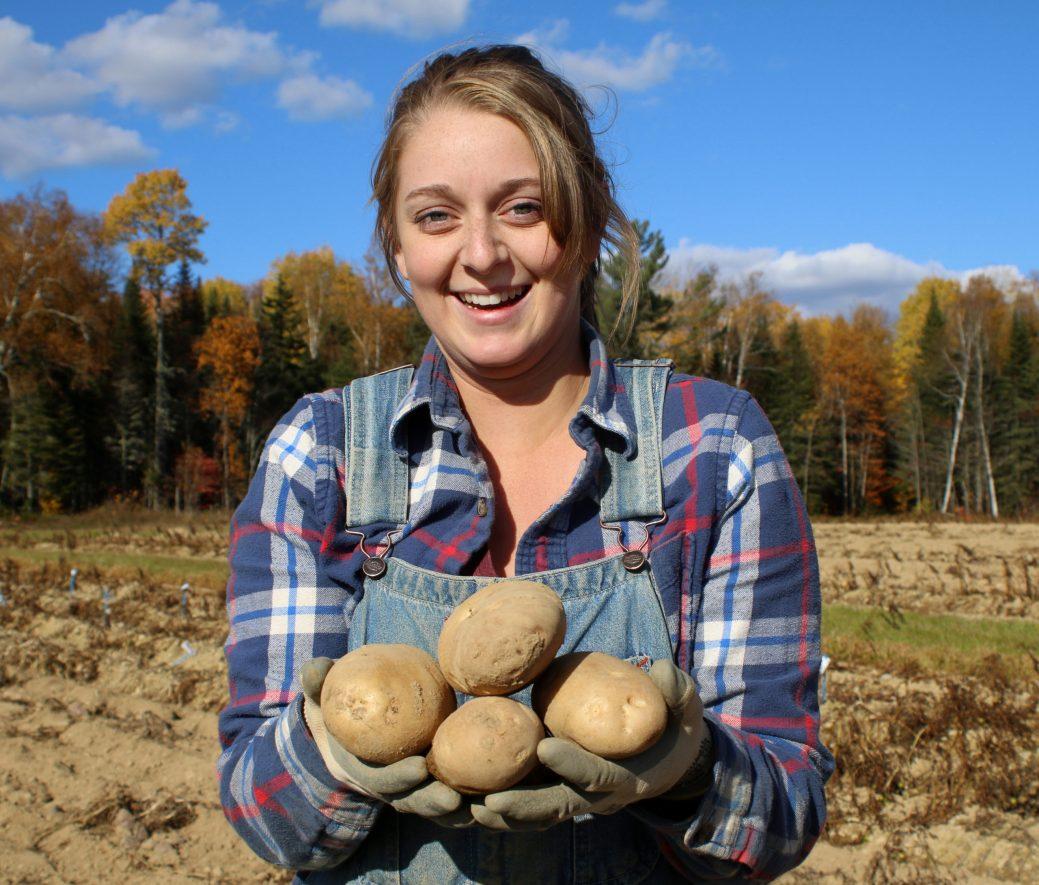 Rachelle Smith est la première femme et la plus jeune employée à gérer la ferme de la sous-station d'amélioration des pommes de terre, à Benton Ridge, au Nouveau-Brunswick. -Gracieuseté