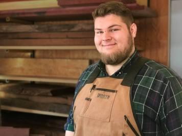 Dans son atelier, Adam Kenny confectionne des planches à découper, des planches à fromage et d'autres créations faites de bois. - Gracieuseté
