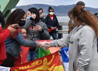 Les deux organisatrices de la marche, Lisa Levesque (à gauche) du Québec et Marie-Josette Roy du Nouveau-Brunswick, se sont serré la main au milieu du pont interprovincial. - Acadie Nouvelle: Jean-François Boisvert