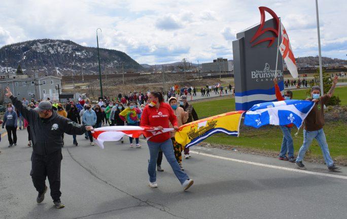Des centaines de personnes des deux côtés de la Restigouche ont marché sur le pont J.C. Van Horne lundi afin de réclamer l'ouverture des frontières entre le Restigouche et la région Avignon-Ouest en Gaspésie. - Acadie Nouvelle Jean-François Boisvert
