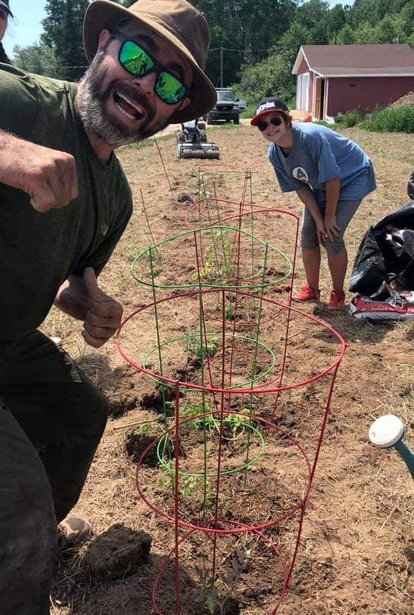 René Vienneau et Zoé à l'oeuvre lors de la première journée de jardinage de la saison, mercredi. - Gracieuseté