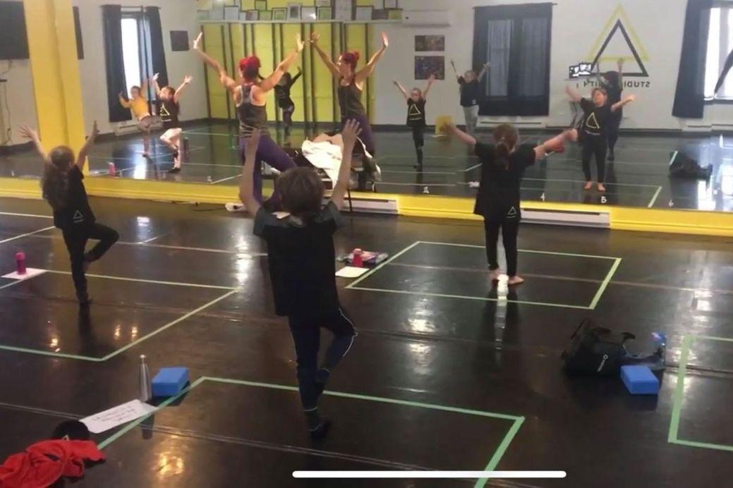 Les élèves du Studio Zénith d'Edmundston doivent rester dans leur carré –délimité par du ruban adhésif– pendant les cours de danse pour réduire les risques de propagation de la COVID-19. - Photo contribution Isabelle Dionne