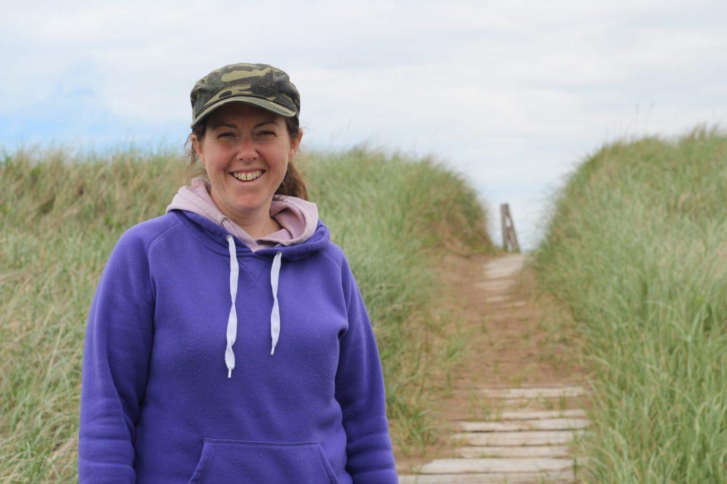 L'environnement changeant des dunes fascine Julie Cormier depuis des années. - Acadie Nouvelle: Simon Delattre