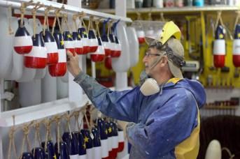 Fils de pêcheur, Paul Gallant fabrique des bouées depuis 1998. - Acadie Nouvelle: Simon Delattre