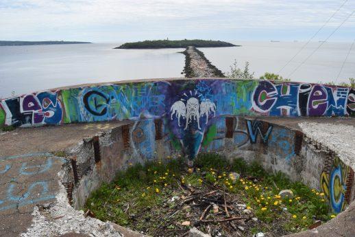 Situé dans l'ouest de Saint-Jean, cette partie du Fort Dufferin surplombe le brise-lames qui relie l'île à Bay Shore Beach. - Acadie Nouvelle: Simon Delattre