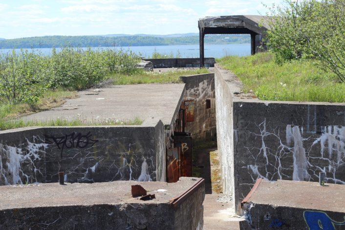 Des couloirs bordés de volets rouillés relient les fortifications de l'île. - Acadie Nouvelle: Simon Delattre