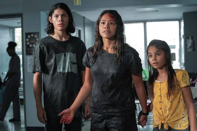 Gina Rodriguez (au centre) dans une scène de Awake (Netflix). - Gracieuseté