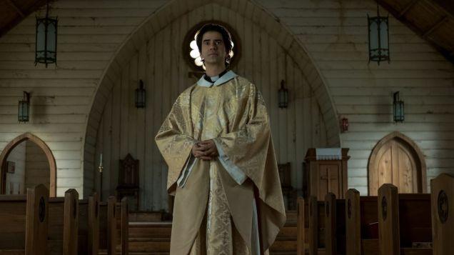 l'époustouflant Hamish Linklater (photo), dans le rôle du prêtre de la série Midnight Mass (Netflix). - Gracieuseté