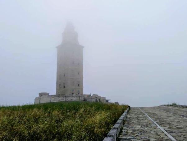 Torre de Hércules con néboa