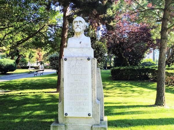 Estatua a Pondal en Méndez Núñez