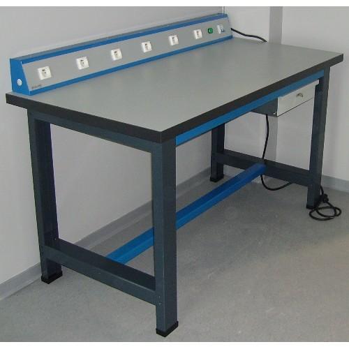 etabli equipe electriquement poste de travail avec prise de courant