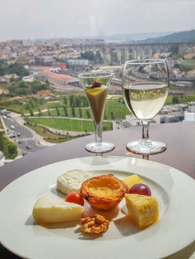 Snacks e canapés o dia inteiro no Executive Lounge do Corinthia Hotel Lisbon. Foto Adriana Lage