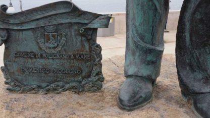Particolare statua di Domenico Modugno