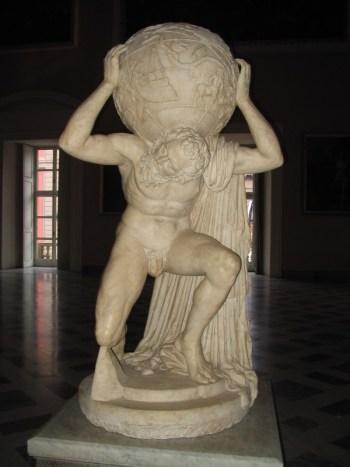 Atlas Farnese no Museu Arqueológico Nacional de Nápoles.O Atlas Farnese é uma cópia do século II de uma estátua da era helenística representando o Titã Atlas segurando a esfera celeste. Há evidências de que foi usado o catálogo de estrelas do astrónomo grego Hiparco.